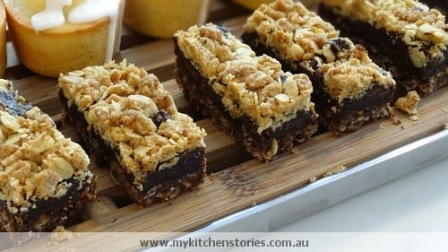 Crumbly chocolate and date slice