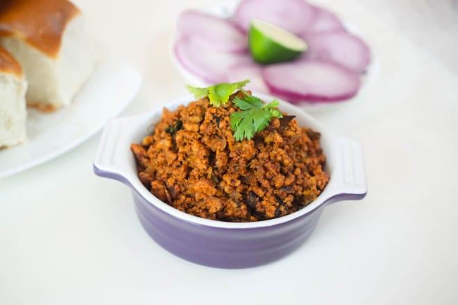 Tasty and Spicy Chicken Kheema Pav