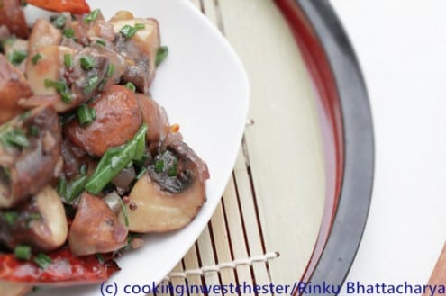 Spicy Mushrooms with Garlic, Black Pepper and Chives