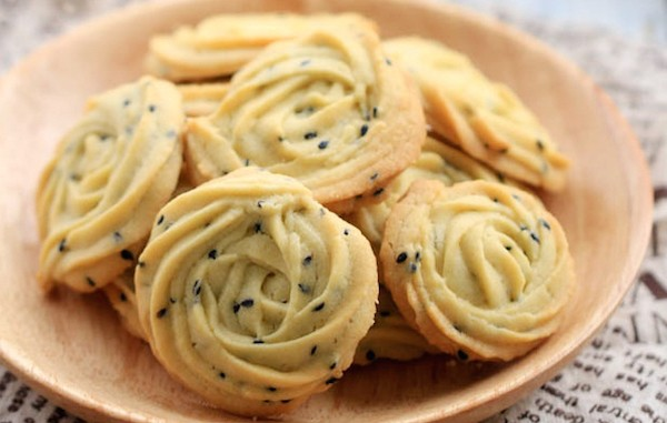 Chinese-Style-Butter-Cookie-with-black-sesame-2
