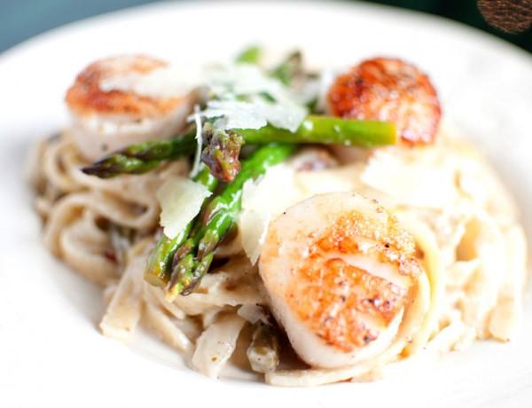 lemon+garlic+fettuccine+with+leeks+asparagus++scallops++kitchen+lush