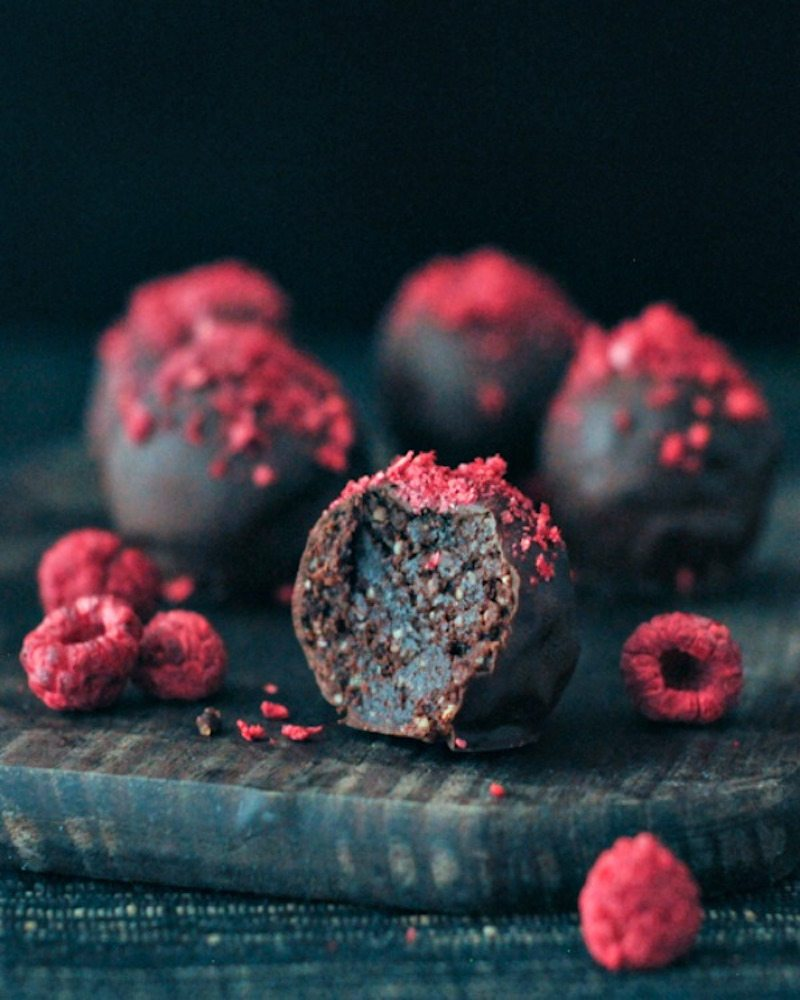 Raspberry-Dusted-Chocolate-Fudge-Brownie-Truffles-@spabettie