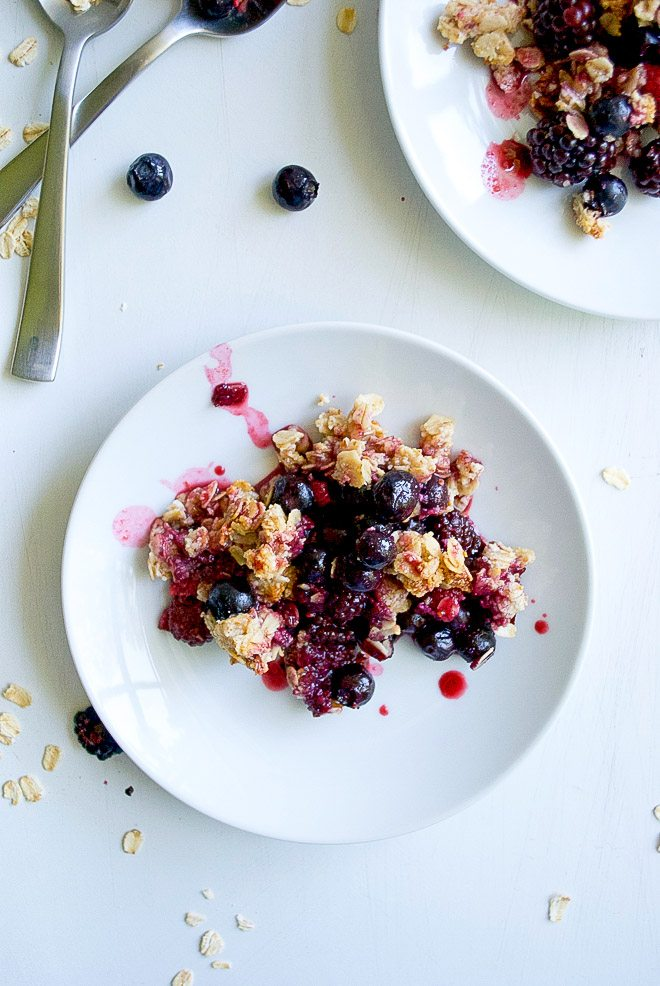 mixed berry oatmeal crisp - perfect, simple and delicious summer dessert. Refined sugar, gluten, and dairy free dessert that you will love! http://thelittlemomma.com